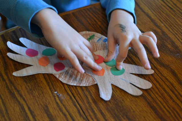 Easy thanksgiving crafts for two year old children ehow for Easy crafts for 3 year olds