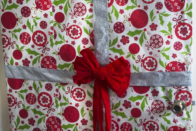 How To Gift Wrap The Front Door For Christmas Ehow