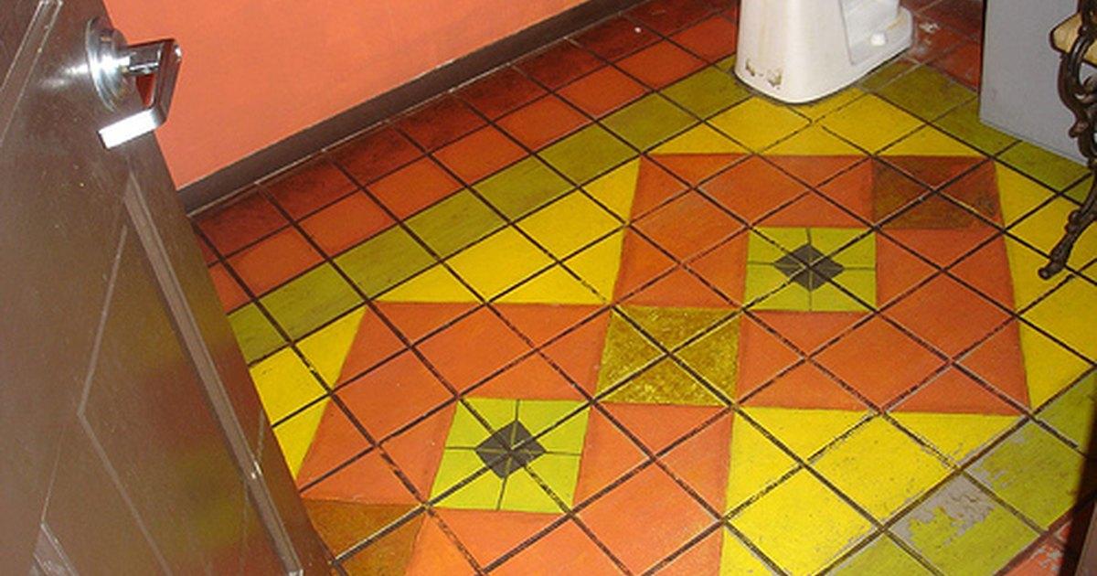 C mo pintar el piso de un ba o ehow en espa ol - Como pintar un piso ...