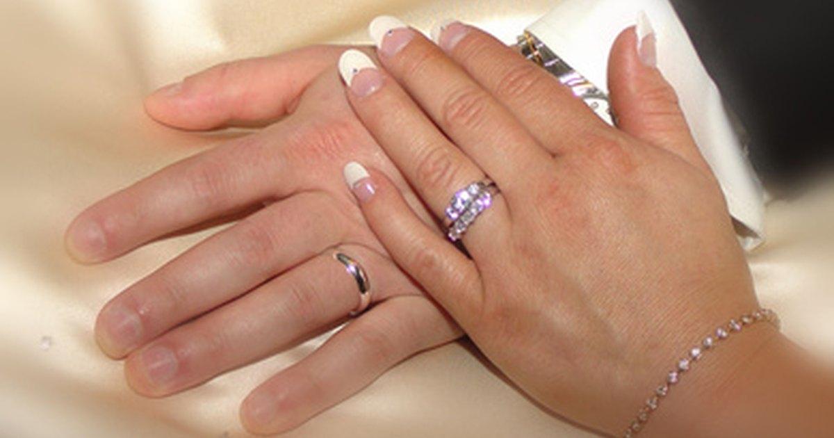 Uso correcto para una mujer del juego de matrimonio ehow en espa ol - Anillo de casado mano ...