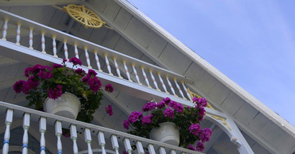 Ideas for hanging flower baskets ehow uk - Maceteros colgantes para balcones ...