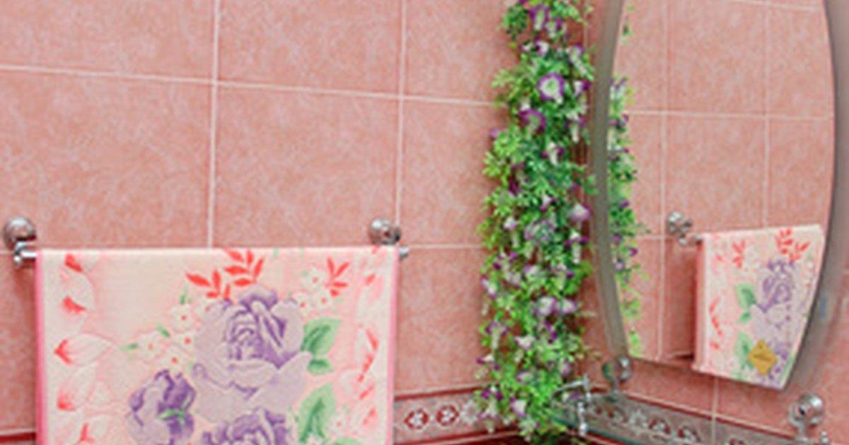 C mo instalar un botiqu n en una pared ehow en espa ol for Como poner un espejo en la pared