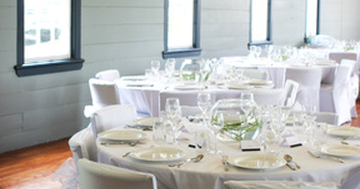 Ideas for cheap wedding reception decorations ehow uk for Cheap wedding decorations uk