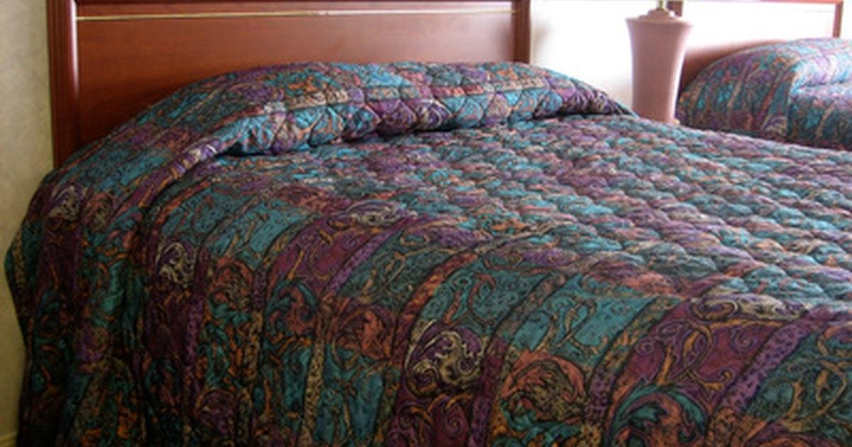 Procedimientos de un hotel para hacer las camas ehow en espa ol - Como hacer una cama de hotel ...