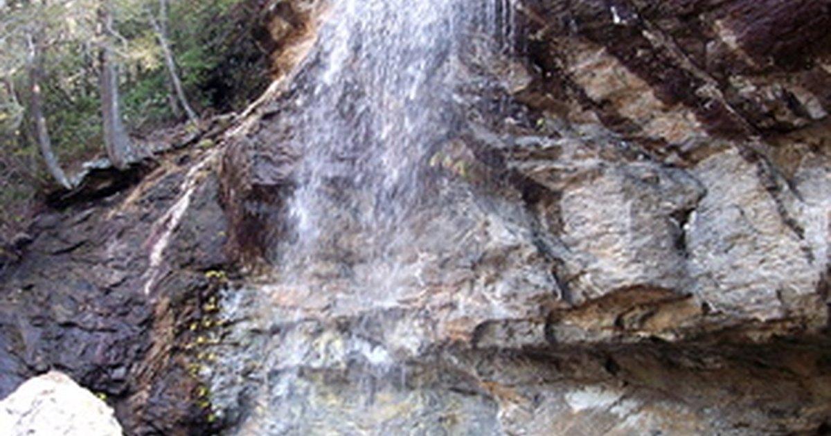 Ideas de cascadas para piscinas ehow en espa ol for Ideas de piscinas con cascadas