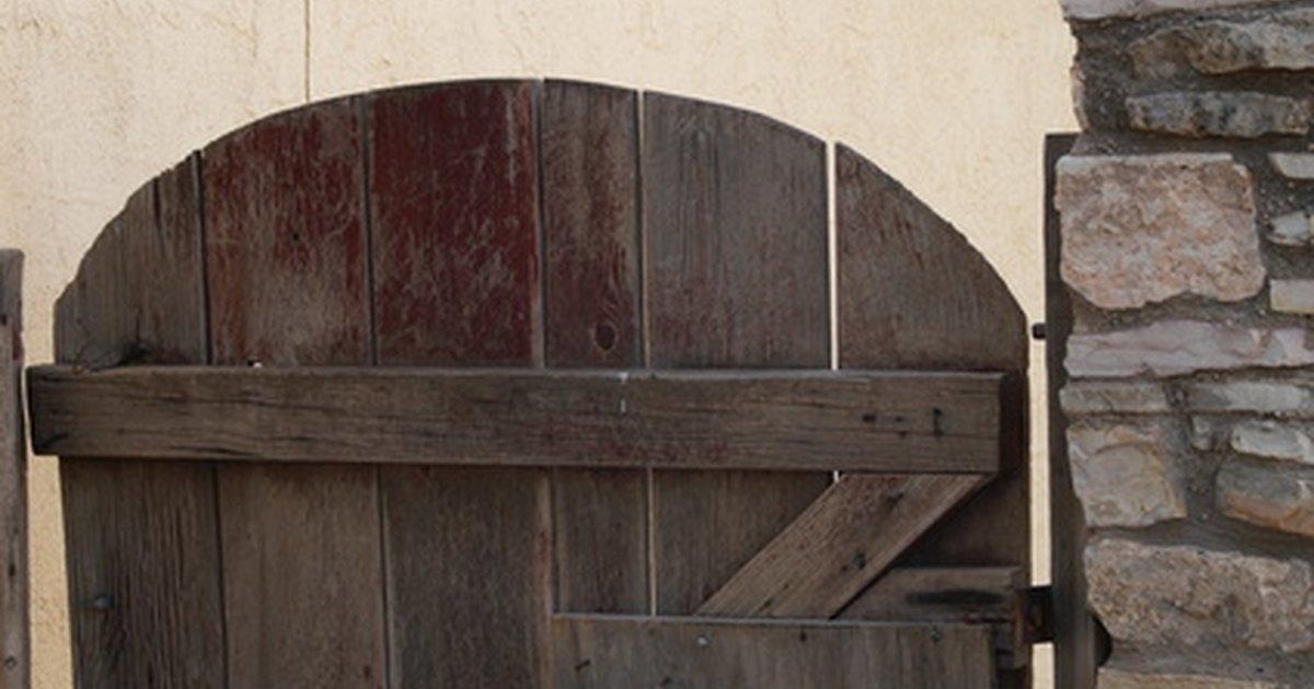 C mo construir una puerta de madera de jard n sencilla - Hacer una puerta de madera ...