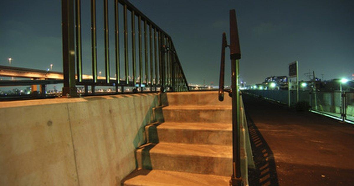 C mo medir la altura del pasamanos de una escalera ehow for Altura pasamanos escalera