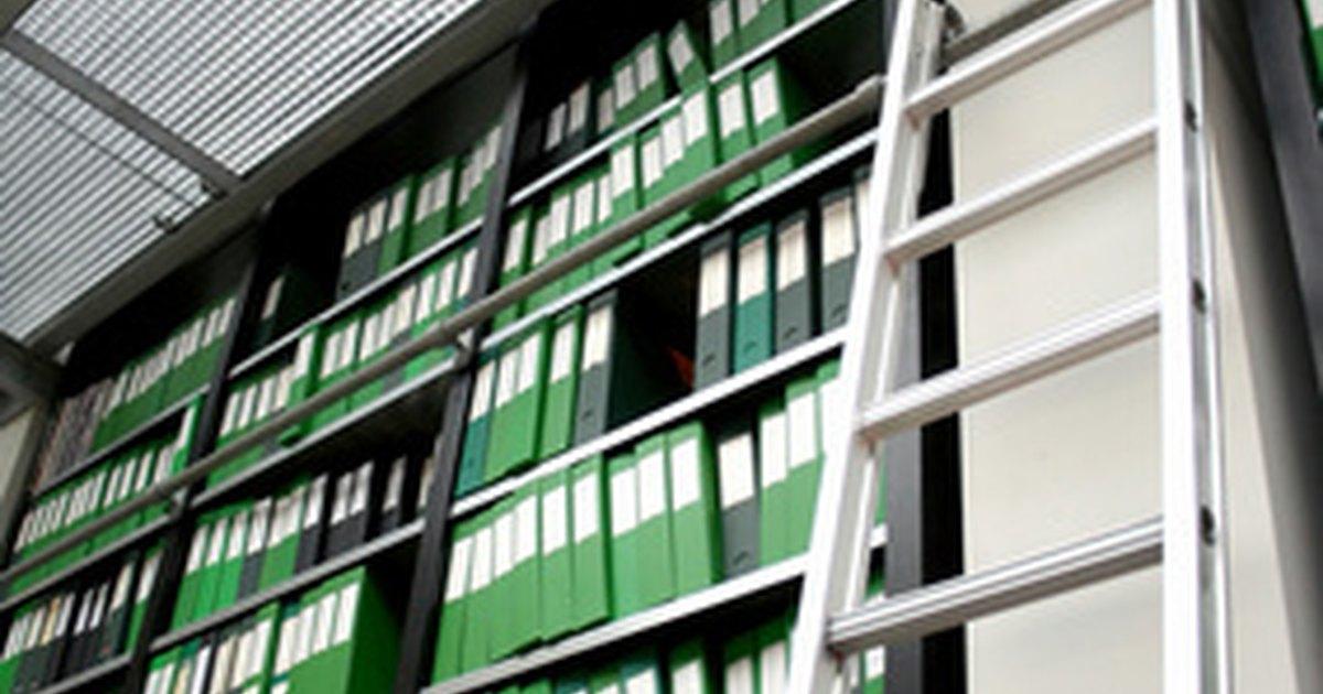C mo construir tu propia escalera con ruedas para una for Biblioteca debajo de la escalera