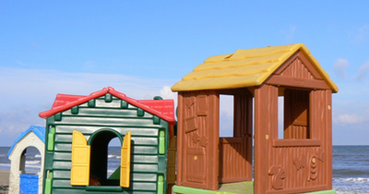 Cheap playhouses for kids ehow uk for Cheap outdoor playhouses