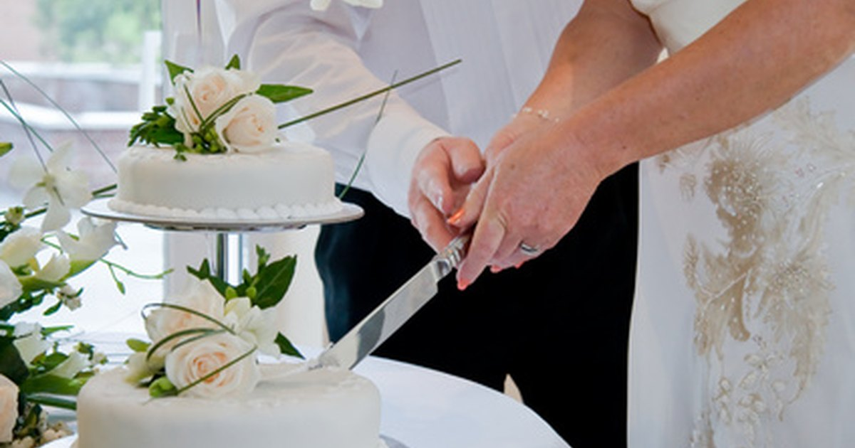 how to decorate the knife for cutting the wedding cake ehow uk. Black Bedroom Furniture Sets. Home Design Ideas