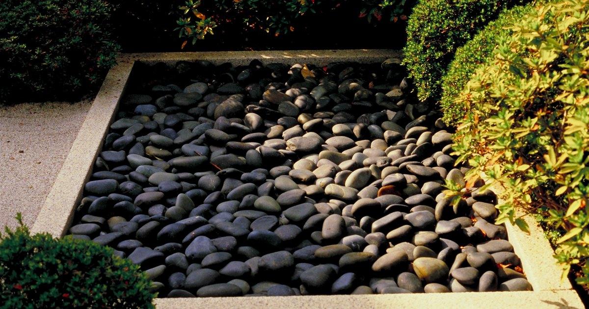O que usar como barreira contra ervas daninhas debaixo de for Piedras negras para jardin