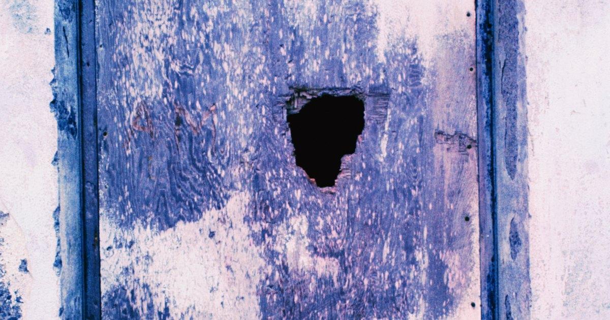 C mo reparar un orificio en una puerta hueca ehow en espa ol for Perchas para puertas sin agujeros