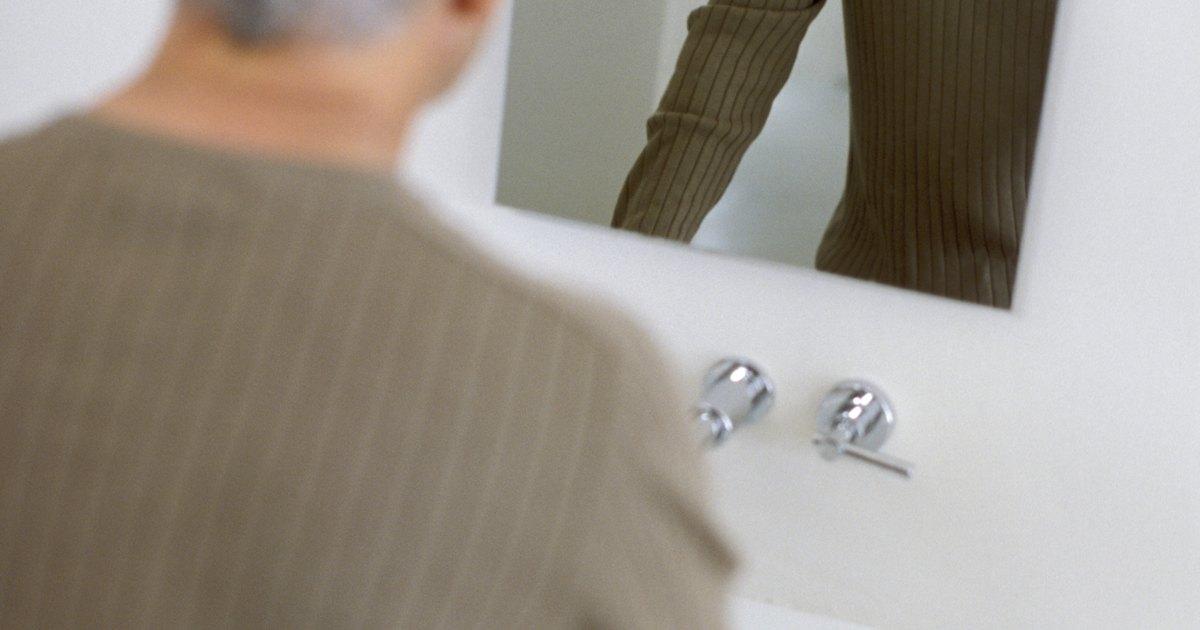 C mo colgar espejos sin marcos en las paredes del ba o for Como colgar un espejo sin marco en la pared