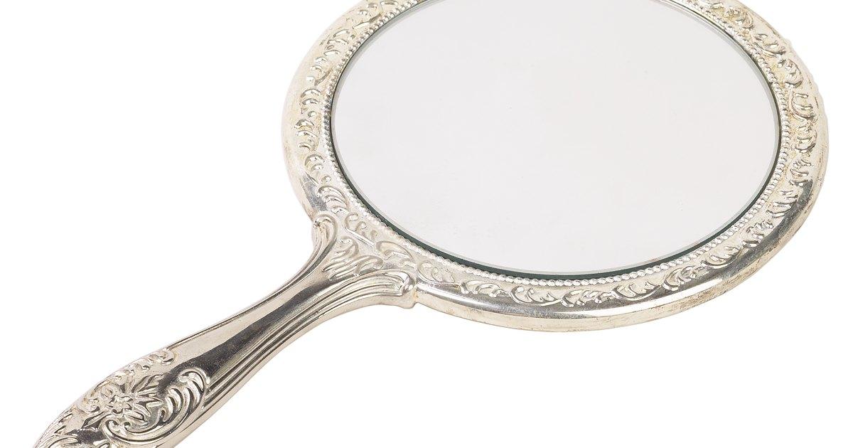 C mo elegir un espejo de aumento para maquillaje ehow en for Espejo para maquillarse