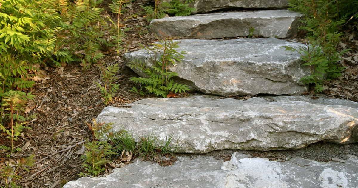C mo hacer escaleras en un jard n a desnivel ehow en espa ol - Losas de hormigon para jardines ...