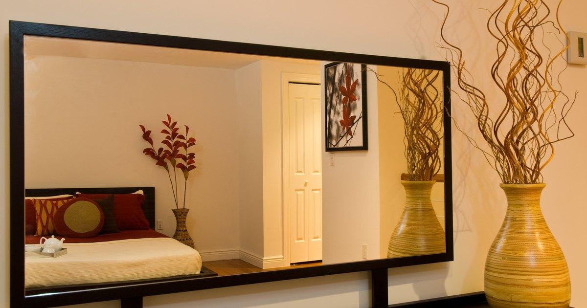 C mo pegar un marco de madera a la superficie de un espejo for Espejo para pegar en puerta