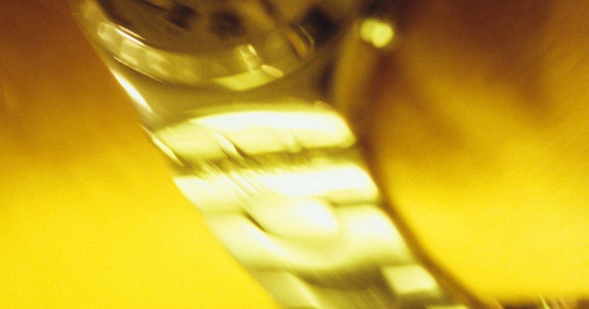 C mo quitar los rayones de un reloj de pl stico ehow en - Como quitar los rayones de la vitroceramica ...