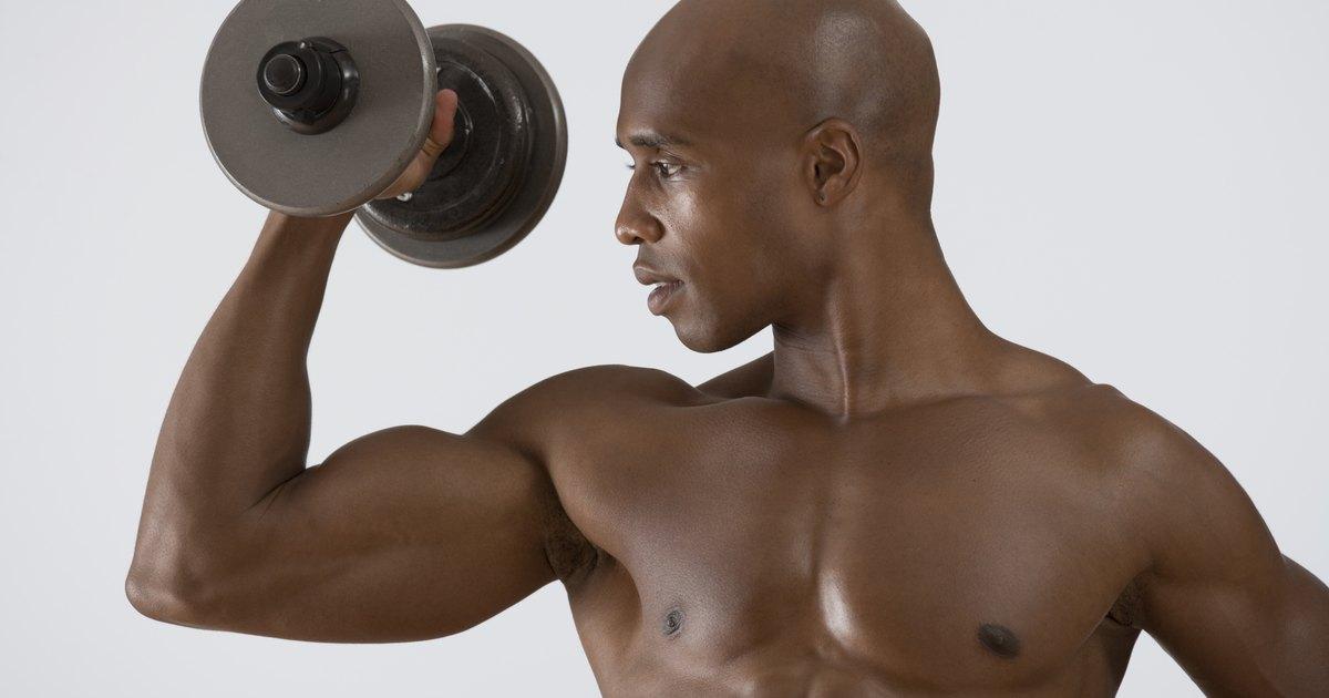 Tendones doloridos después de un entrenamiento del bíceps