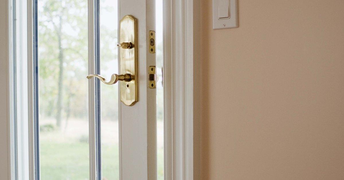 C mo pintar los marcos de puertas de madera de dos colores for Colores para pintar puertas de madera