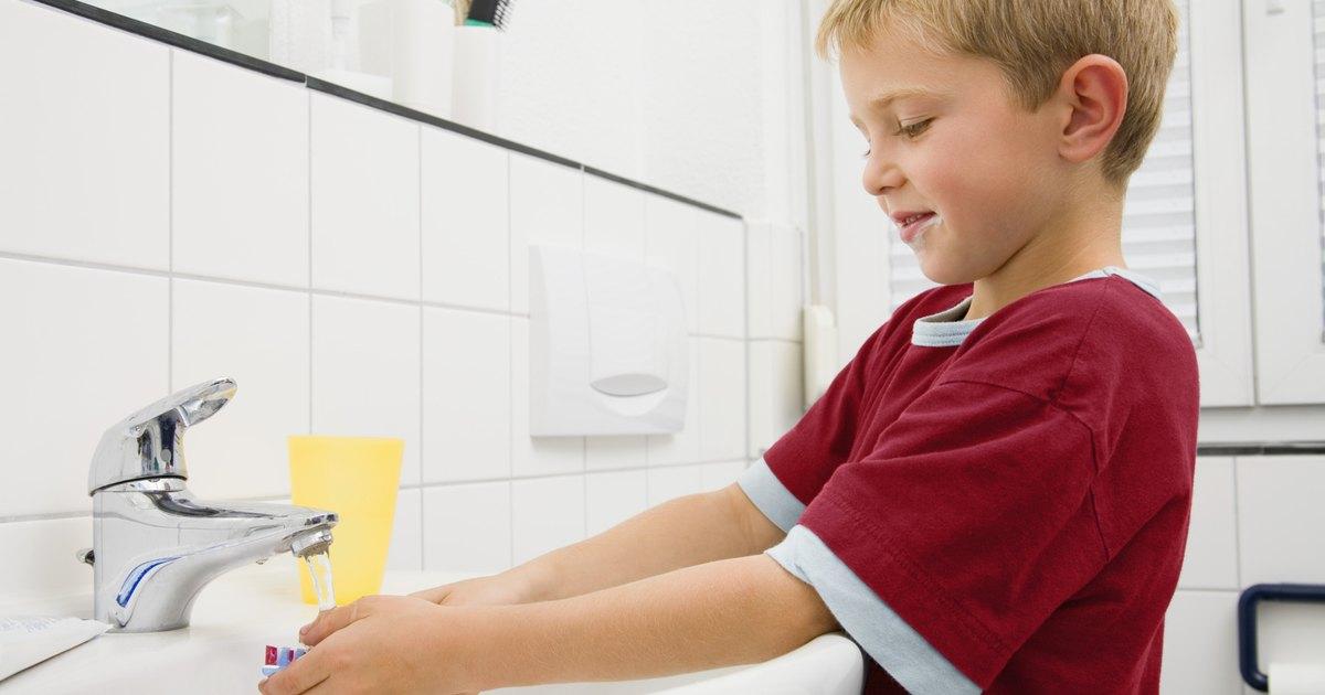 C mo cambiar los grifos de los lavabos ehow en espa ol for Como cambiar un grifo de cocina