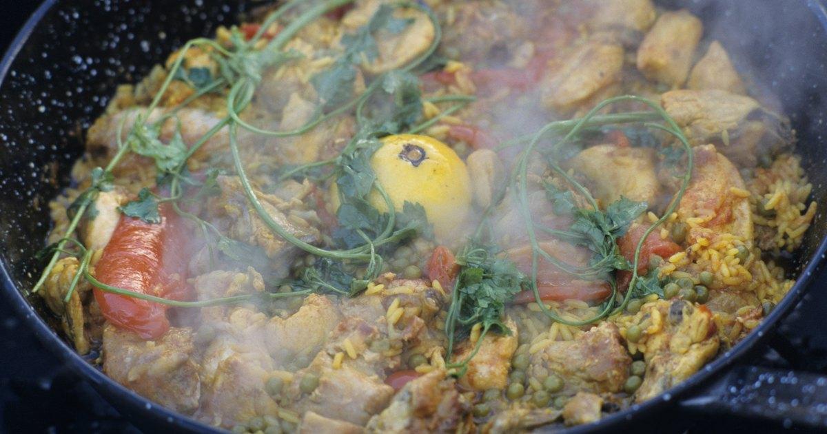 C mo cocinar paella de pollo y de carne de cerdo ehow en for Como cocinar manos de cerdo