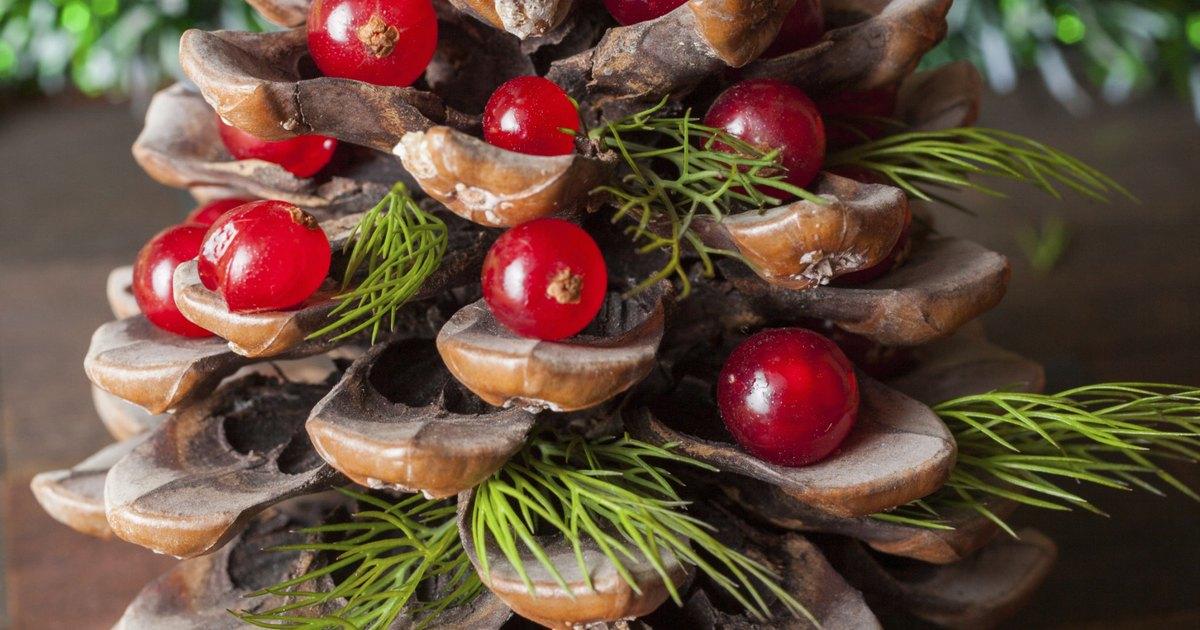 C mo hacer un centro de mesa navide o con pi as ehow en - Como hacer un centro de mesa navideno con pinas ...