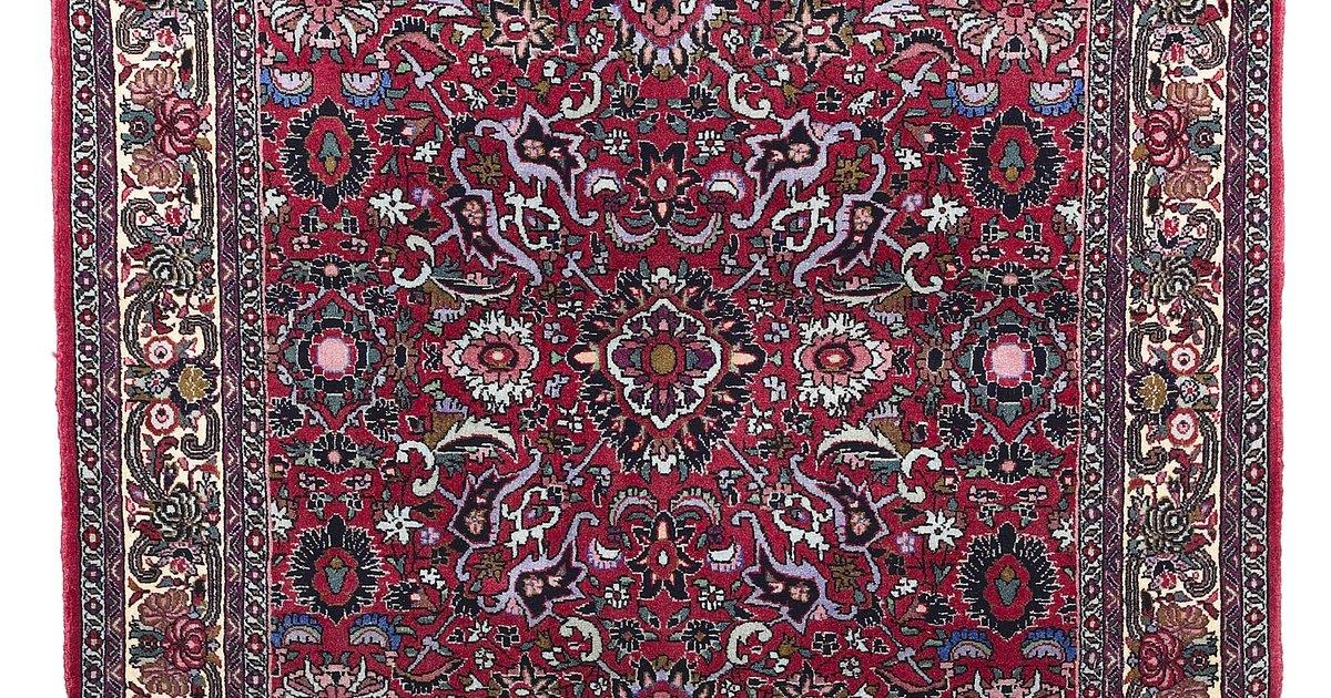 C mo limpiar el l quido para frenos de una alfombra ehow for Como lavar una alfombra persa