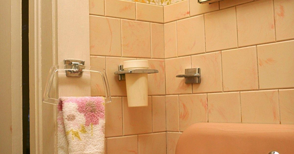 A qu altura debes instalar el toallero ehow en espa ol for Cuelga toallas bano