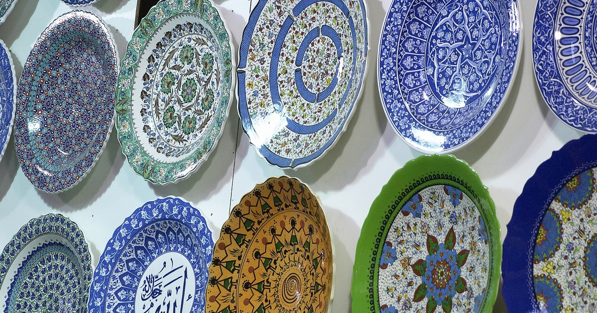 How to display decorative plates on your wall ehow uk for Decoration plater