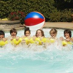 puedes hacer el mismo juego con monedas para nadadores ms avanzados ya que las monedas se hundirn y quedarn en el fondo de la piscina