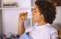 Hombre enfermo bebiendo agua.