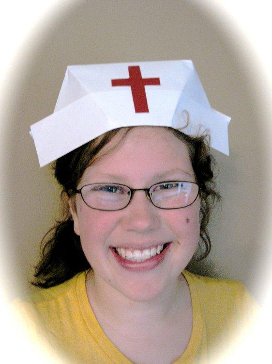 Cómo doblar un gorro de enfermera de papel | eHow en Español