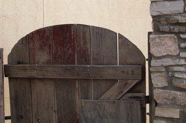 Puertas de madera para jardin elegant imagen with puertas for Amaru en la puerta de un jardin