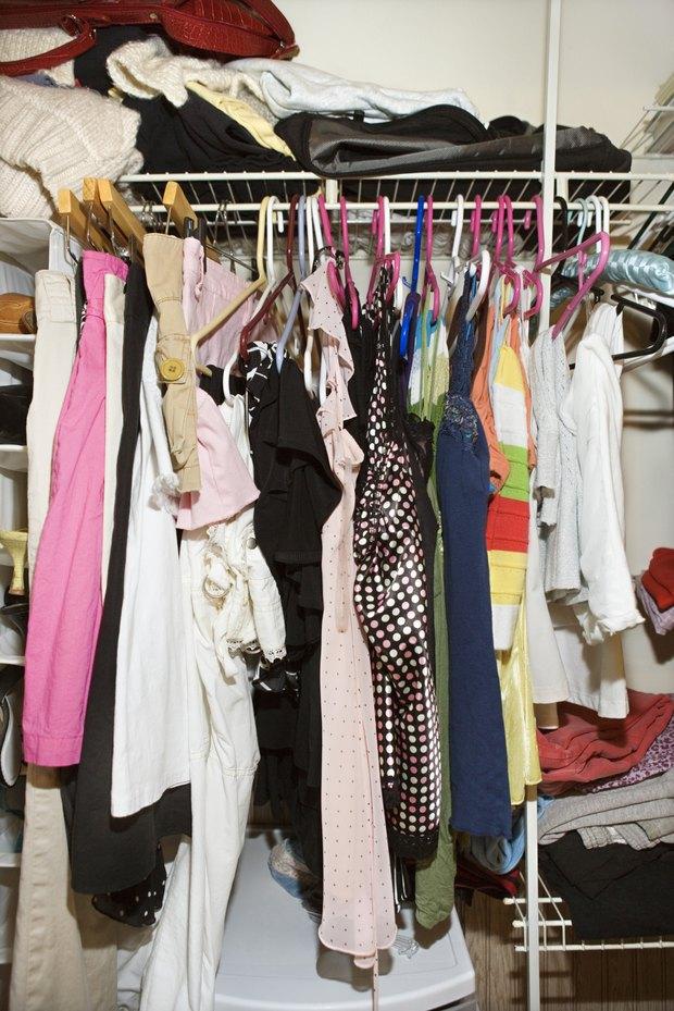cmo eliminar la humedad del armario y evitar la ropa con moho