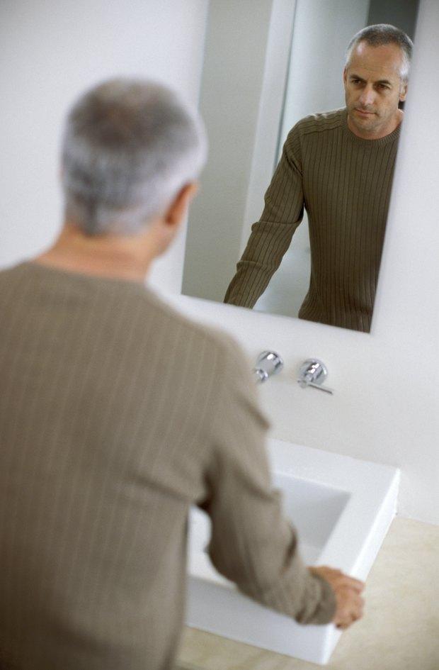 cmo colgar espejos sin marcos en las paredes del bao