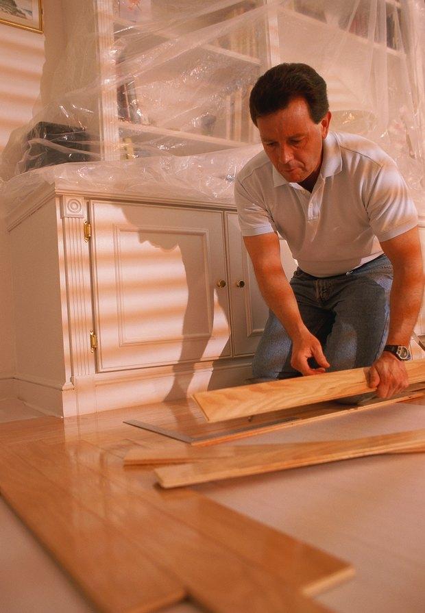 Cómo quitar fácilmente los pisos laminados viejos en los pisos de ...