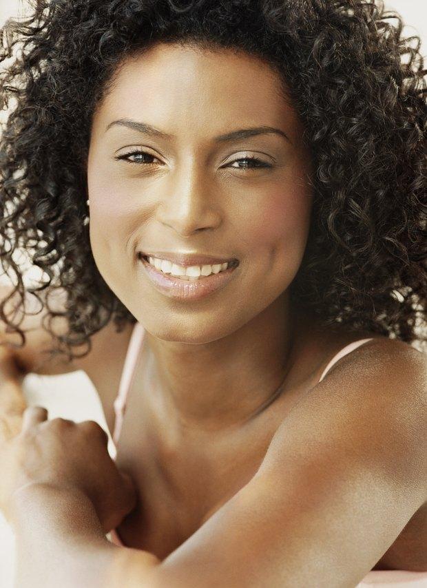 Peinados para una persona con cara redonda y rulos Mantén el pelo corto