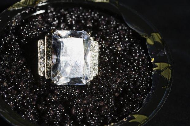 Qual a diferença entre diamantes coloridos e gemas coloridas?